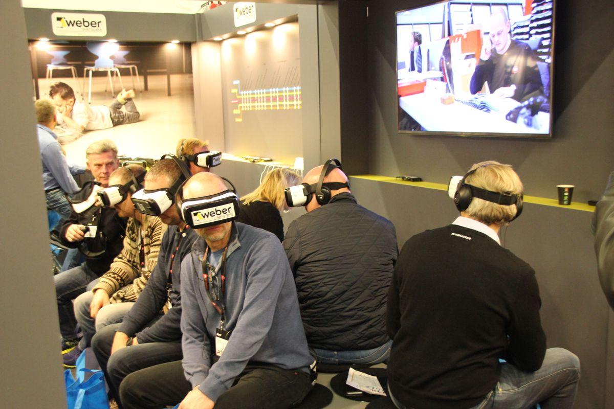 På standen til Weber Leca kunne deltakerne teste ut nyheter gjennom VR-briller. Foto: Svanhild Blakstad