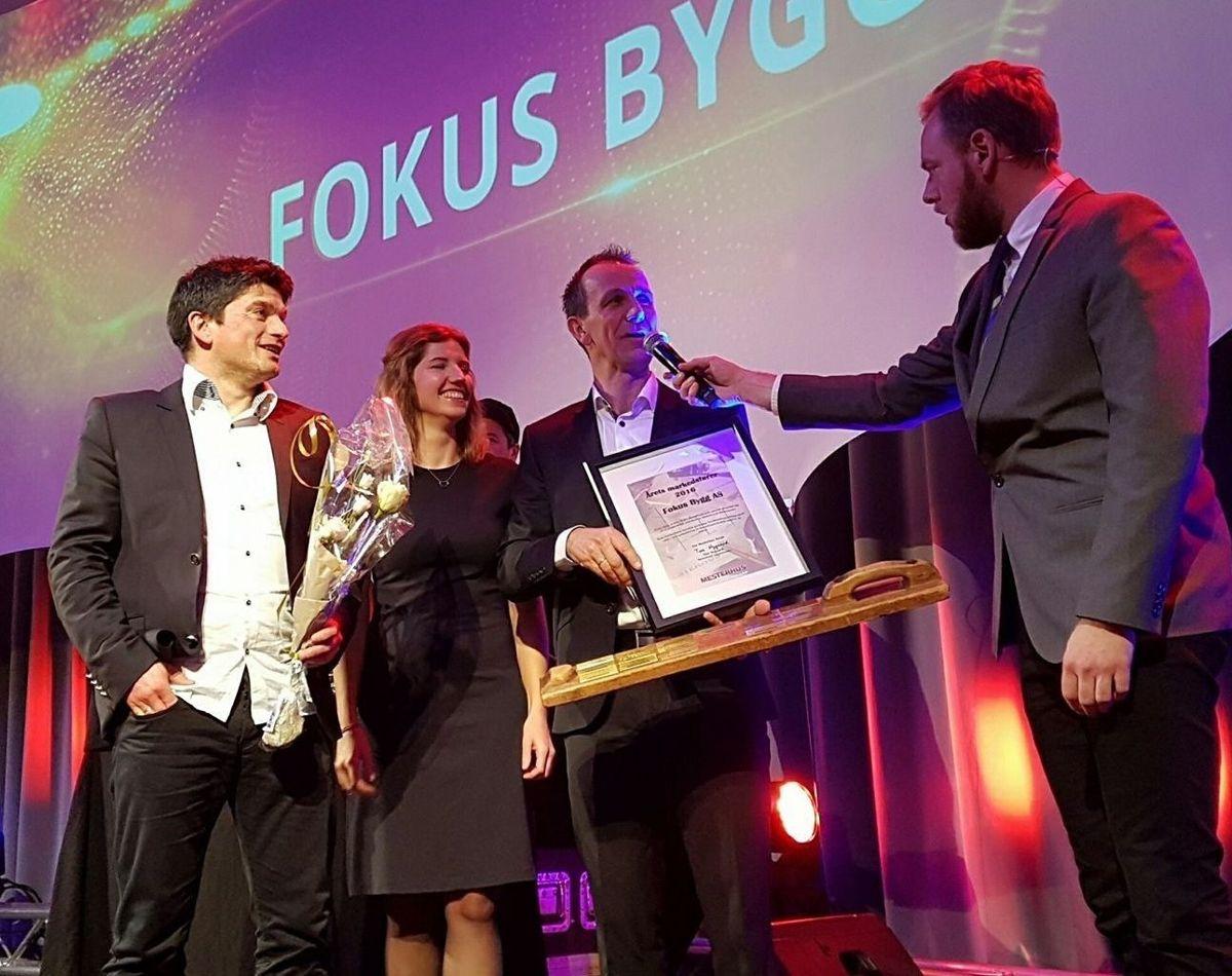 Ole-Inge Lund Hansen (til venstre) og Nils-Kristian Høyvik i Fokus Bygg AS fikk prisen for beste markedsfører. Foto: Mesterhus