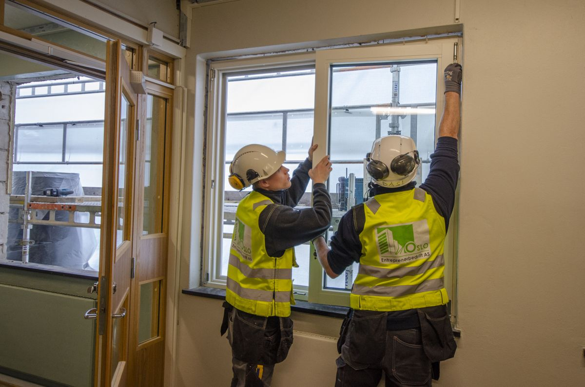 Oslo Entreprenørbedrift skifter ut vinduene på Voksen skole i Oslo for Undervisningsbygg Oslo KF.