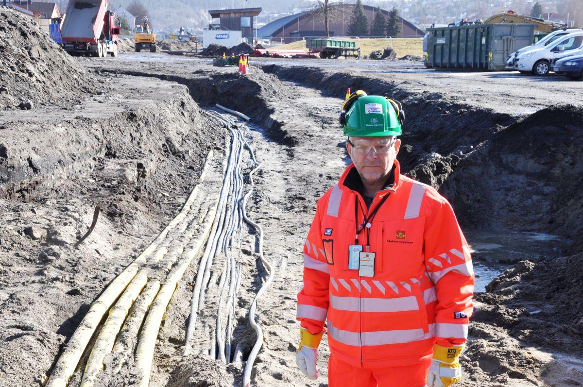 SHA-rådgiver Eugen Myhr i Statens vegvesen avdekker noe av byens ukjente rørspagetti langs Marienlyst, kilometervis med kabler. Foto: Statens vegvesen