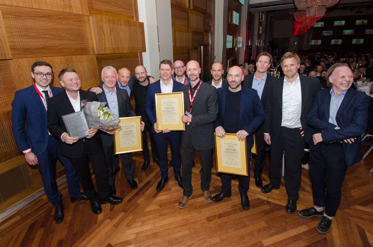 Aktørene bak Sentralen var strålende fornøyd med å vinne Årets Bygg 2016. På bildet: Ståle Brun (AF Gruppen), Martin Eia-Revheim (Sparbankstiftelsen DNB), Jan Myrlund (Fokus Rådgivning), Roy Wara (Fokus Rådgivning), Nils Ole Bae Brandtzæg (Atelier Oslo), Reidar Steine (Fokus Rådgivning), Martin Dietrichson (KIMA arkitektur), Carl Falck (AF Gruppen), Thomas Liu (Atelier Oslo), Jonas Norsted (Atelier Oslo), Nikolai Jansen (AF Gruppen) og Inge Hareide (KIMA arkitektur). Foto: Sindre Sverdrup Strand