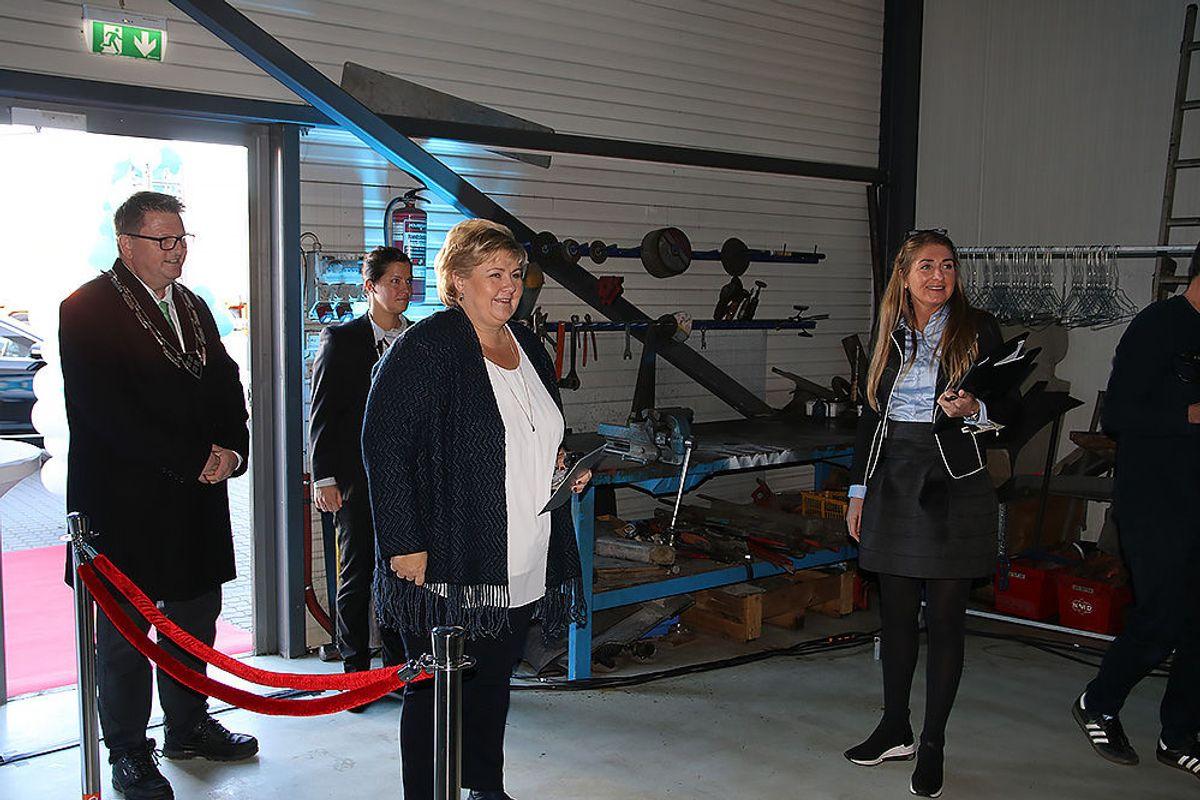 Erna Solberg ankommer anlegget i Ytre Enebakk.