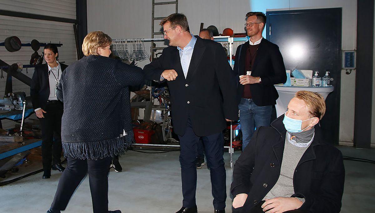 Erna Solberg hilses velkommen av Tom Wilhelmsen.