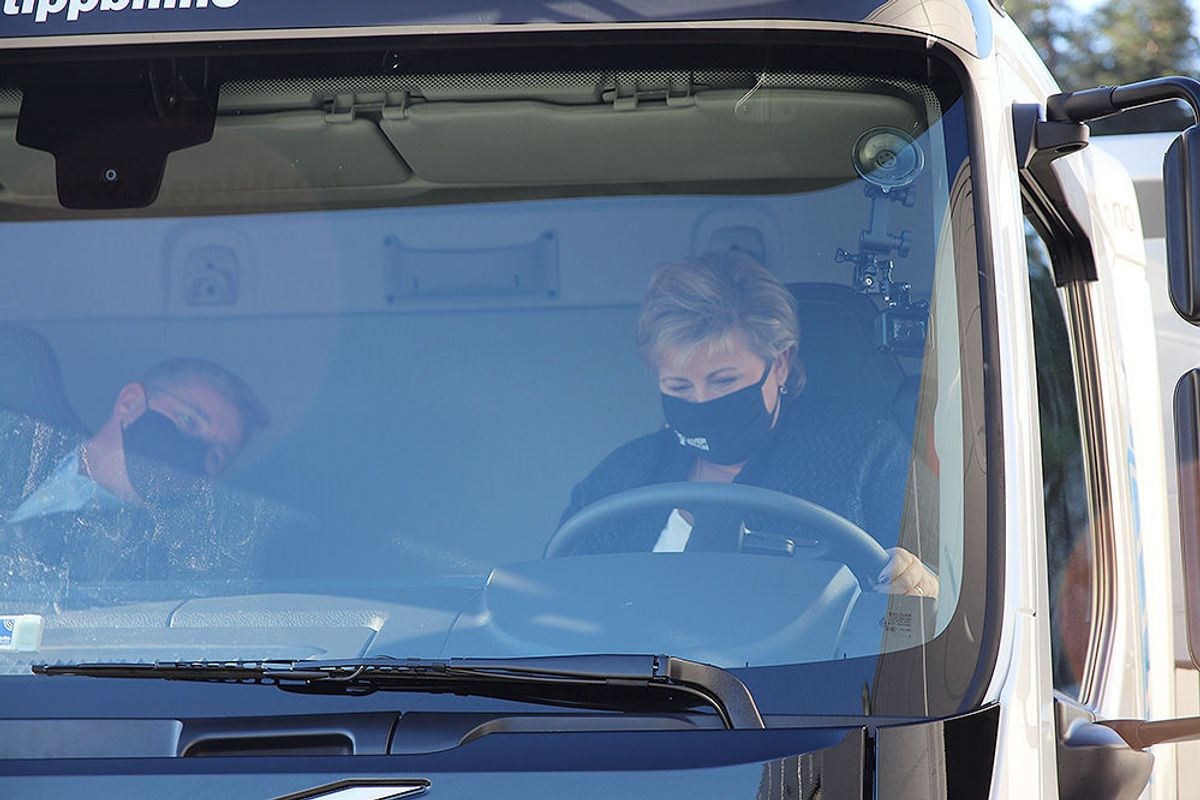 Erna Solberg får sammen med Tom Wilhelmsen testkjøre den elektriske tippbilen.