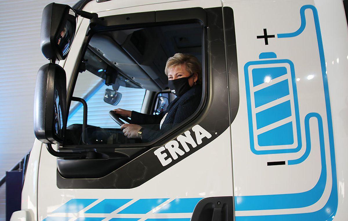 """Erna Solberg bak rattet på """"Erna"""" - Europas første helelektriske tippbil."""