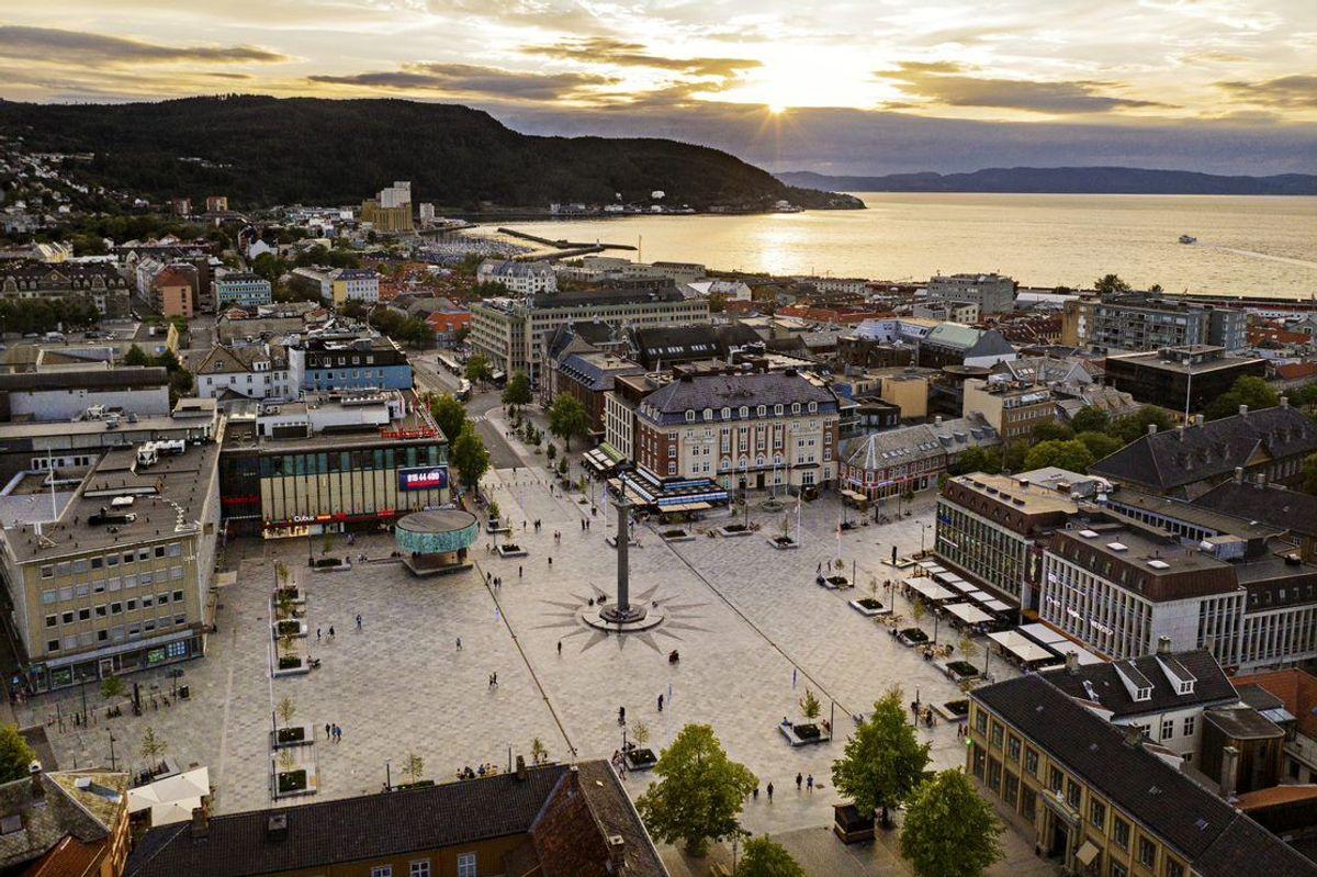 <p>Torvet i Trondheim er er vinner av Landskapsarkitekturprisen 2020. Ifølge juryen har torvet gjennomgått en total transformasjon fra et trafikkert bilbasert kryss til en festplass og sentralt viktig byrom. Foto: Glen Musk</p>