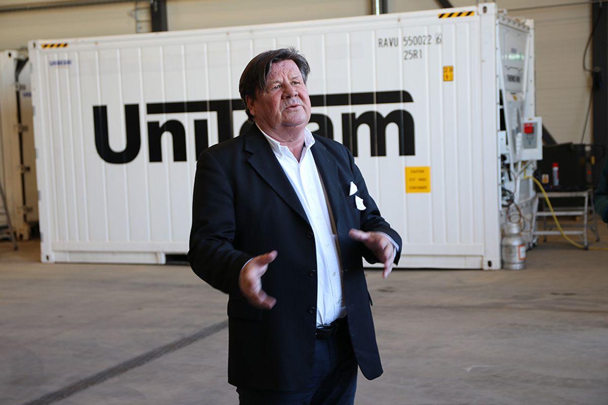 Salgs- og markedssjef Kjell Hafsaas i Uniteam viste alle gjestene rundt på det nye anlegget.