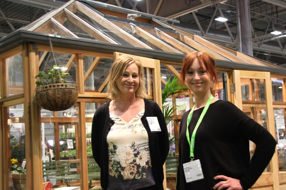 Jeanette Grønli og Irene Sætre i Solfang deltok på Hagemessen med engelske drivhus. Foto: Svanhild Blakstad