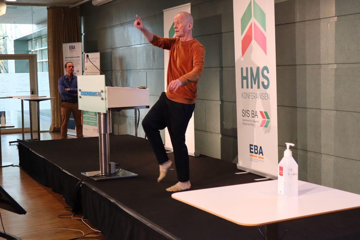 Espen Kvark Kvernbergh i Kulturkompaniet fikk med deltakerne på HMS-konferansen på en liten øvelse om å endre vaner. Foto: Svanhild Blakstad