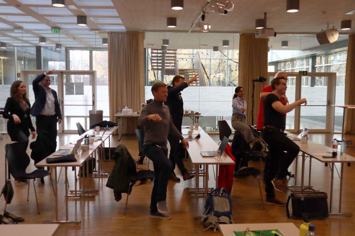 De få som var fysisk tilstede på HMS-konferansen ble utfordret av Kulturkompaniet til å gjøre noen øvelser knyttet til det å endre vaner. Foto: Svanhild Blakstad