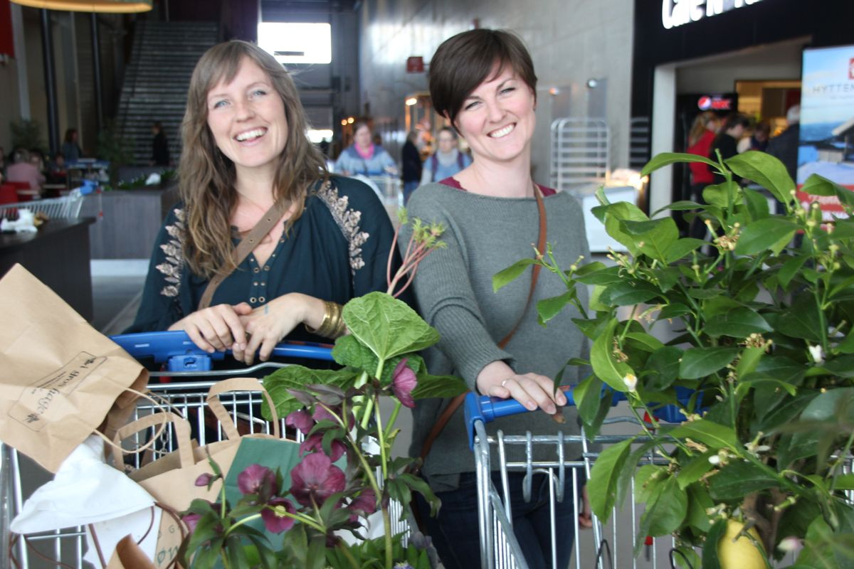 Charlotte Bonde fra Notodden og May Linn Johannessen fra Sauherad i Telemark fylte to handlevogner hver på Hagemessen 2017. Foto: Svanhild Blakstad