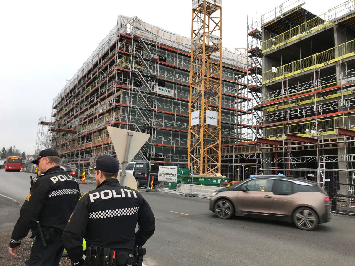 <p>En arbeidstaker ble kritisk skadd da han kom i klem mellom en maskin og en stolpe på dette byggeprosjektet på Bekkestua i Bærum tirsdag. Foto: Svanhild Blakstda</p>
