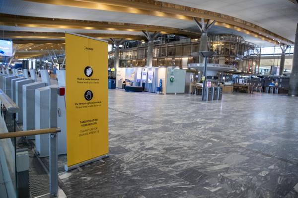 Smitteverninformasjon i avgangshallen på Gardermoen. Foto: Terje Pedersen / NTB