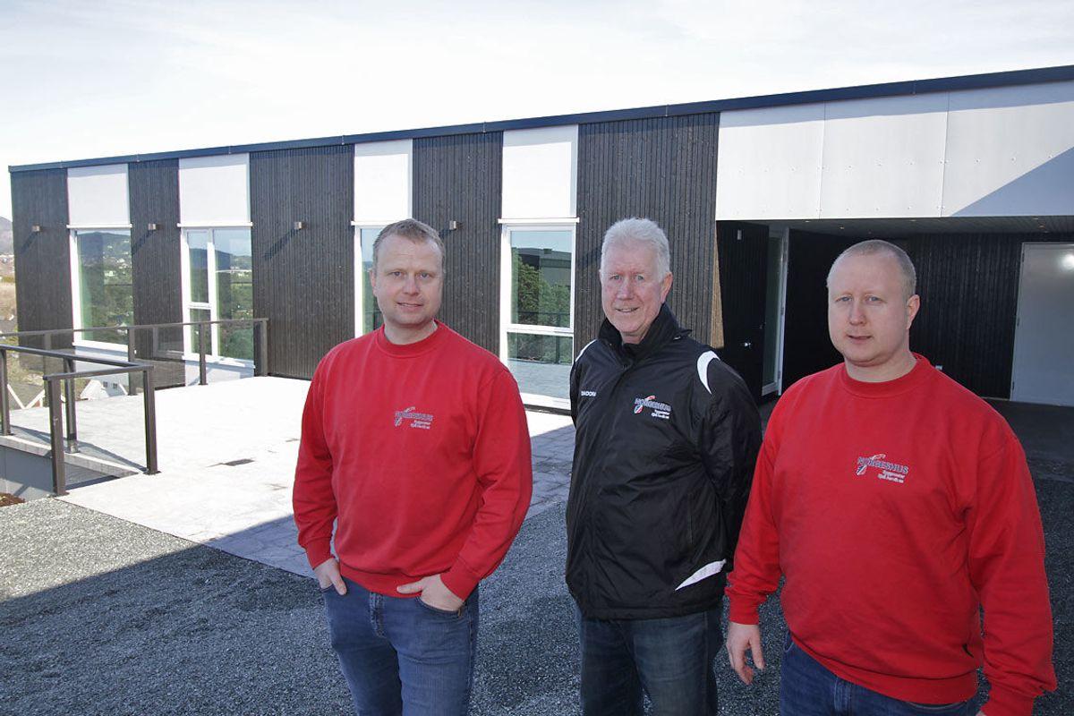 <p>Fv: Kjetil Aarvik, Kjell Aarvik og Bjarte Aarvik fra Norgeshus Byggmester Kjell Aarvik. Foto: Kjetil Vasby Bruarøy</p>