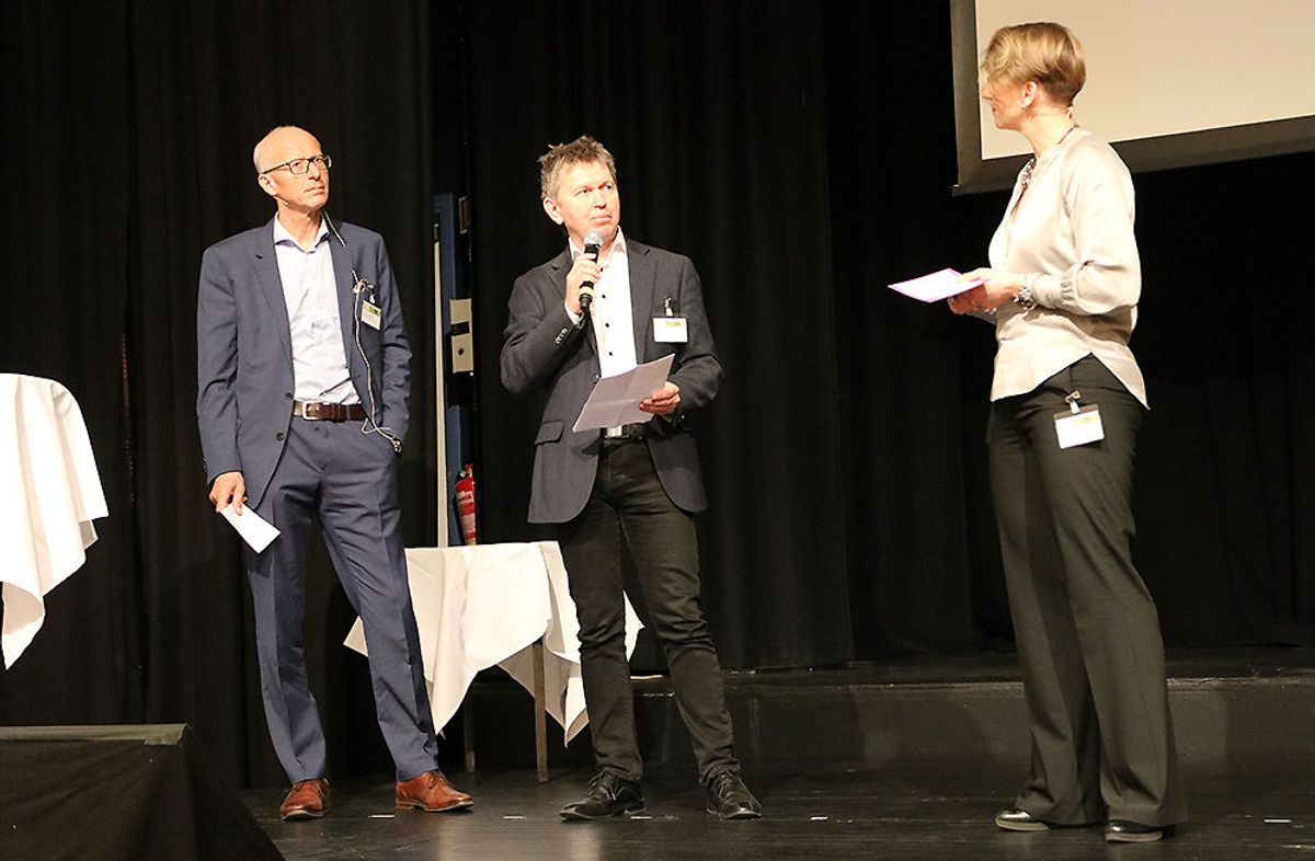 Hallvard Gavelstad (Byggtjeneste) (f.v.), Espen Heggedal (Stiftelsen Miljøfyrtårn) sammen med møteleder Ruth Astrid Sæter.