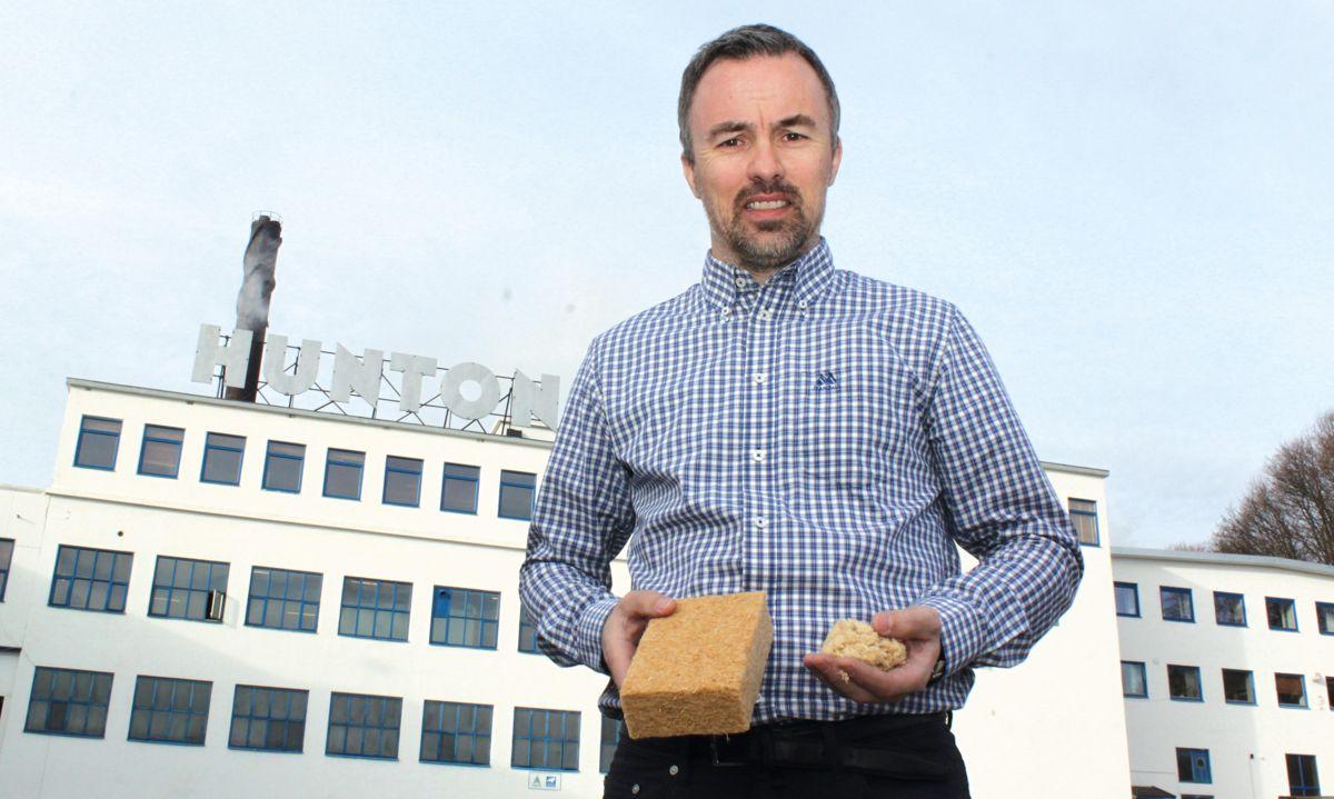 Produksjonsdirektør Runar Jakobsen viser frem blåseisolasjonen og plateisolasjonen Hunton skal produsere på Gjøvik.