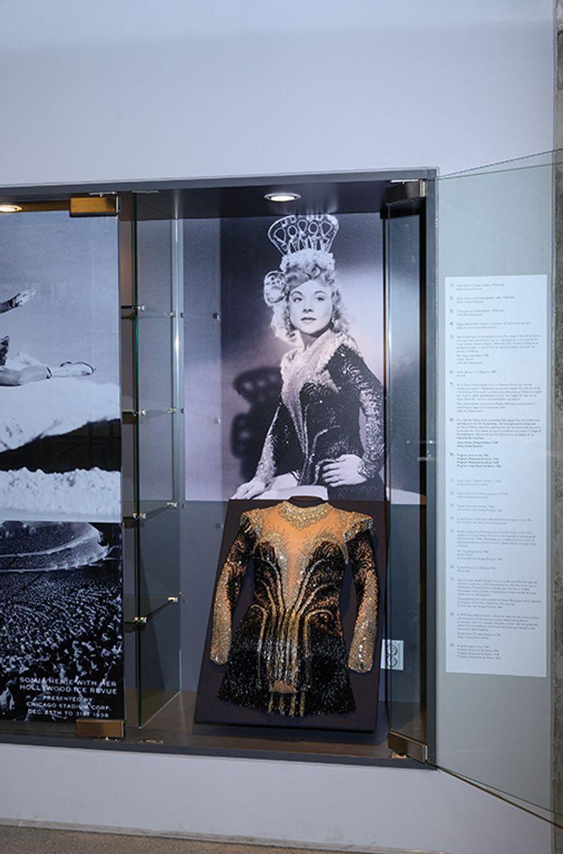 Kjolen Sonia Henie brukte i Hollywoodfilmen It´s a Pleasure (1945) henger i en monter i vestibylen, Fra Sonja Henie ishall på Frogner i Oslo, 20.11.2020. Foto: Trond Joelson, Byggeindustrien