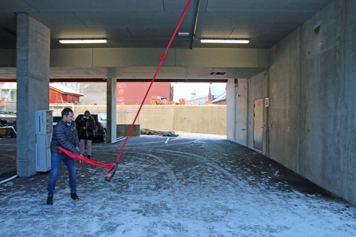 Prosjektleder Emil Steinsvoll i Backe Oppland, trengte tre forsøk på å få en solid Champagne-flaske til å knuse i betongveggen.