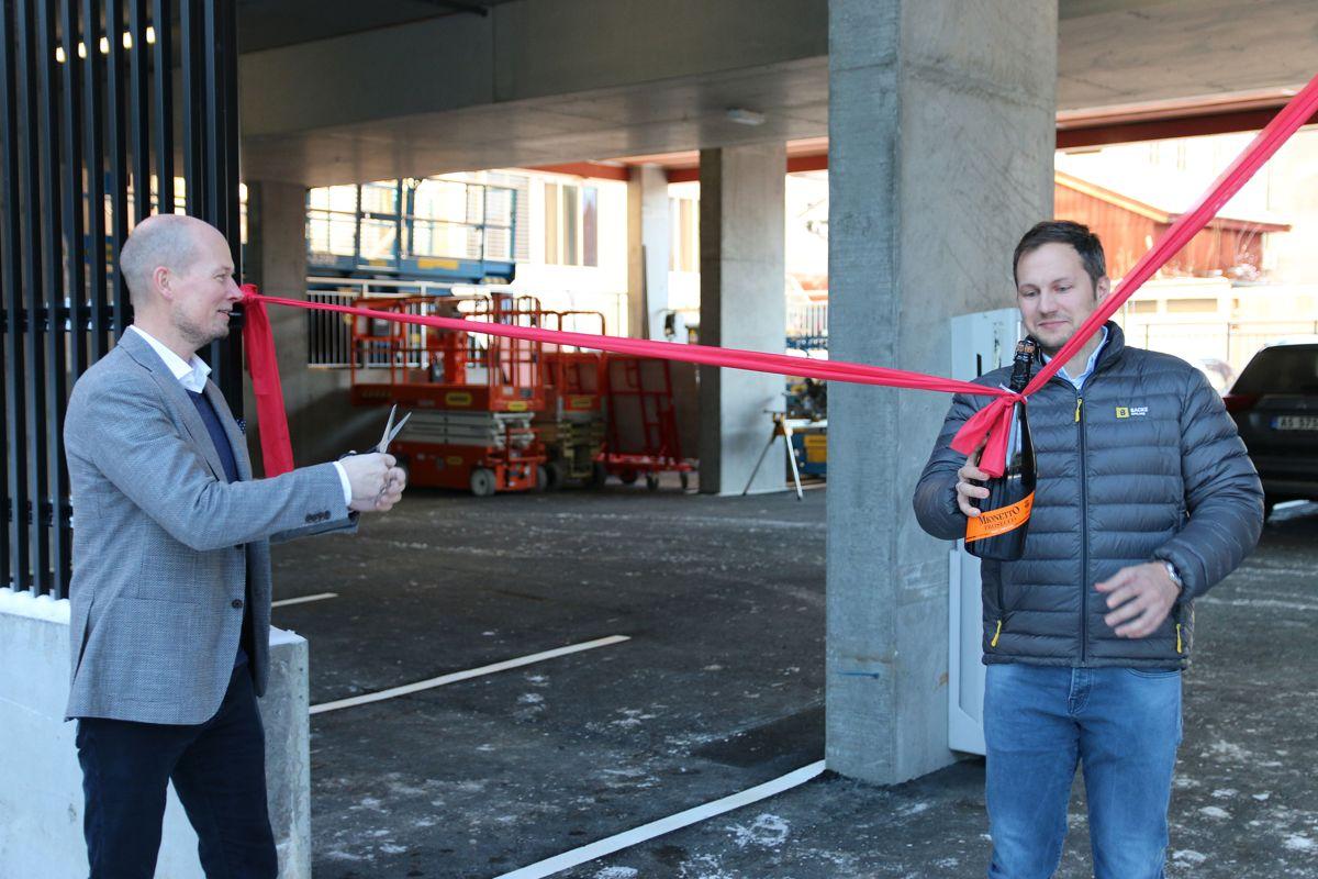 <p></p><p>Prosjektlede Sten Gunnar Torseter i Driv Prosjektstyring (t.v) og prosjektleder Emil Steinsvoll i Backe Oppland, åpnet bygget ved å døpe det med en flaske musserende.</p>