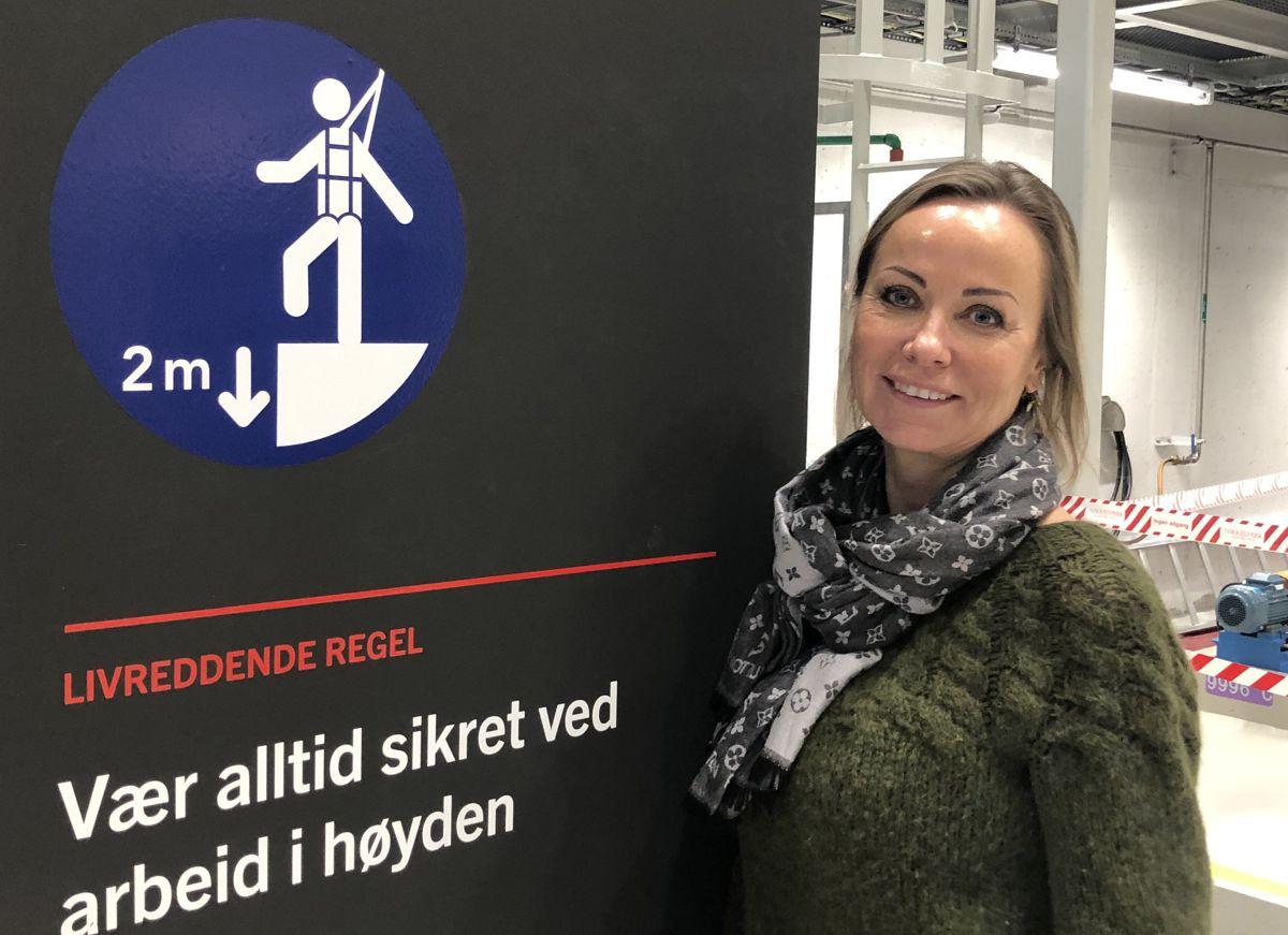 <p>Regiondirektør Hilde Waage i EBA Agder og medlemmene i HMS Forum fikk oppleve hvordan man trener på sikkerhet i vanlige arbeidsoperasjoner på SafeWork-senteret i Kristiansand.</p>