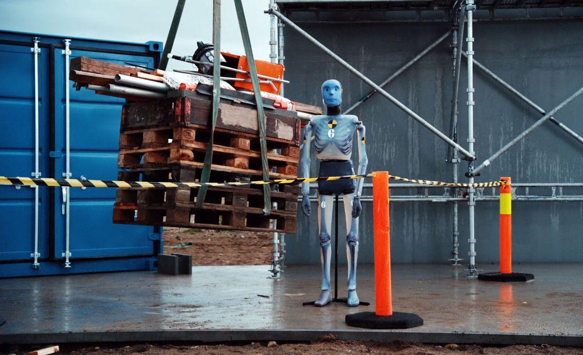 David er en testdukke konstruert til å tåle det samme som en menneskekropp. Her utsettes han for fallende gjenstander.