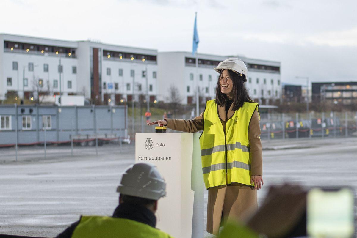 Miljøbyråd Lan Marie Berg sprengte den første offisielle salven på Fornebubanen.
