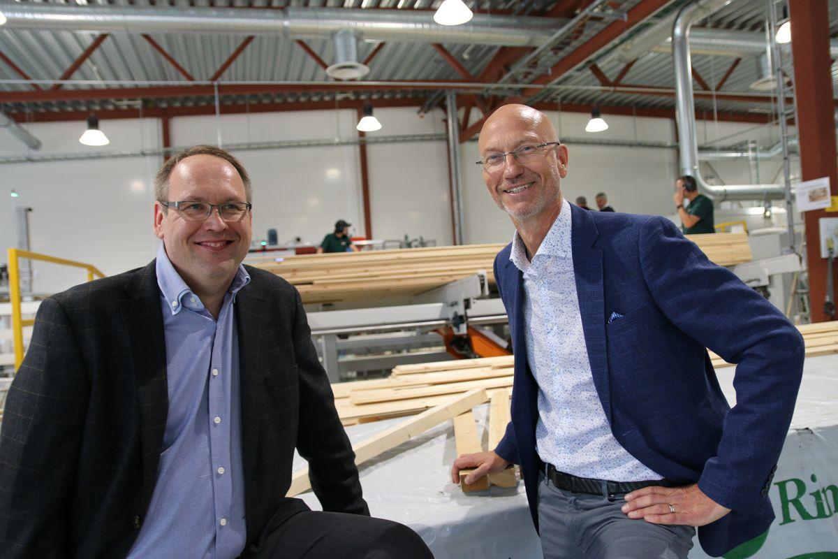 <p>Daglig leder Jan Erik Hagen i RingAlm Beiseservice og administrerende direktør Trond Lunås RingAlm inviterte til fest i forbindelse med åpningen av den nye fabrikken på Næroset.</p>