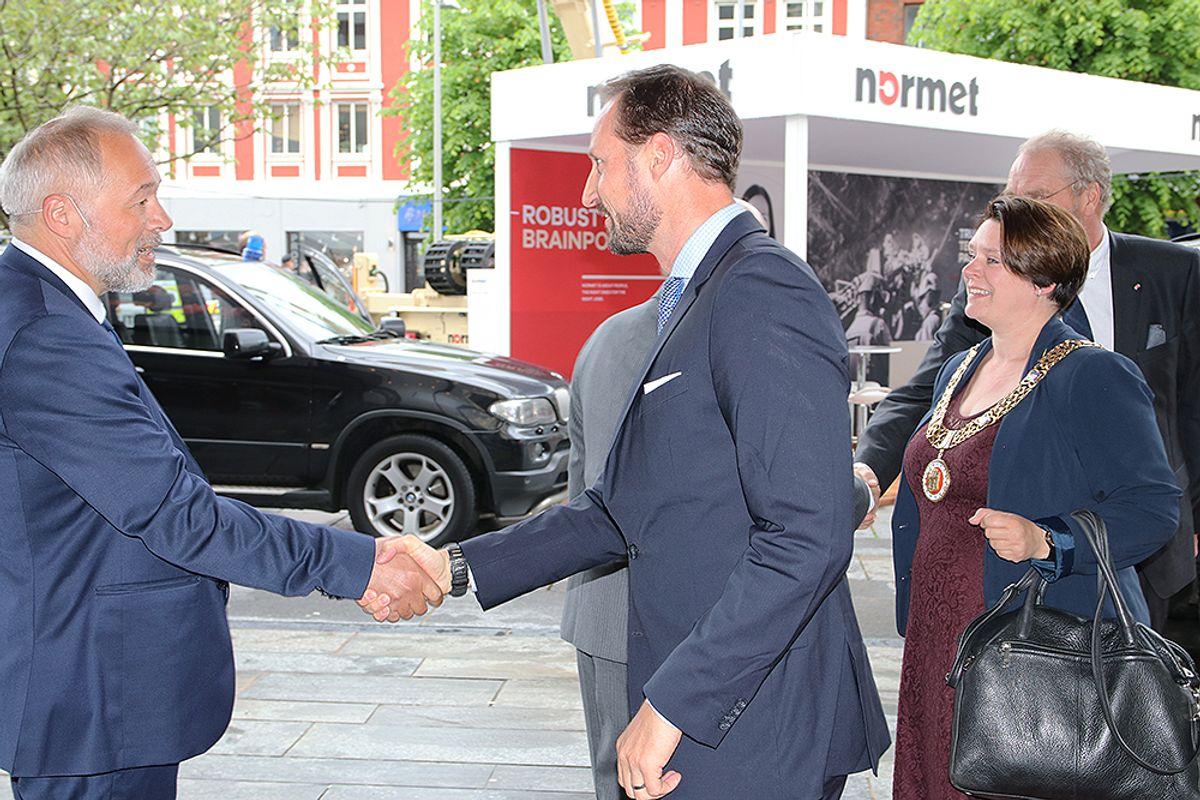 Frode Nilsen, styreleder i NFF, Kronprins Haakon Magnus og ordfører Marte Mjøs Persen i Bergen.