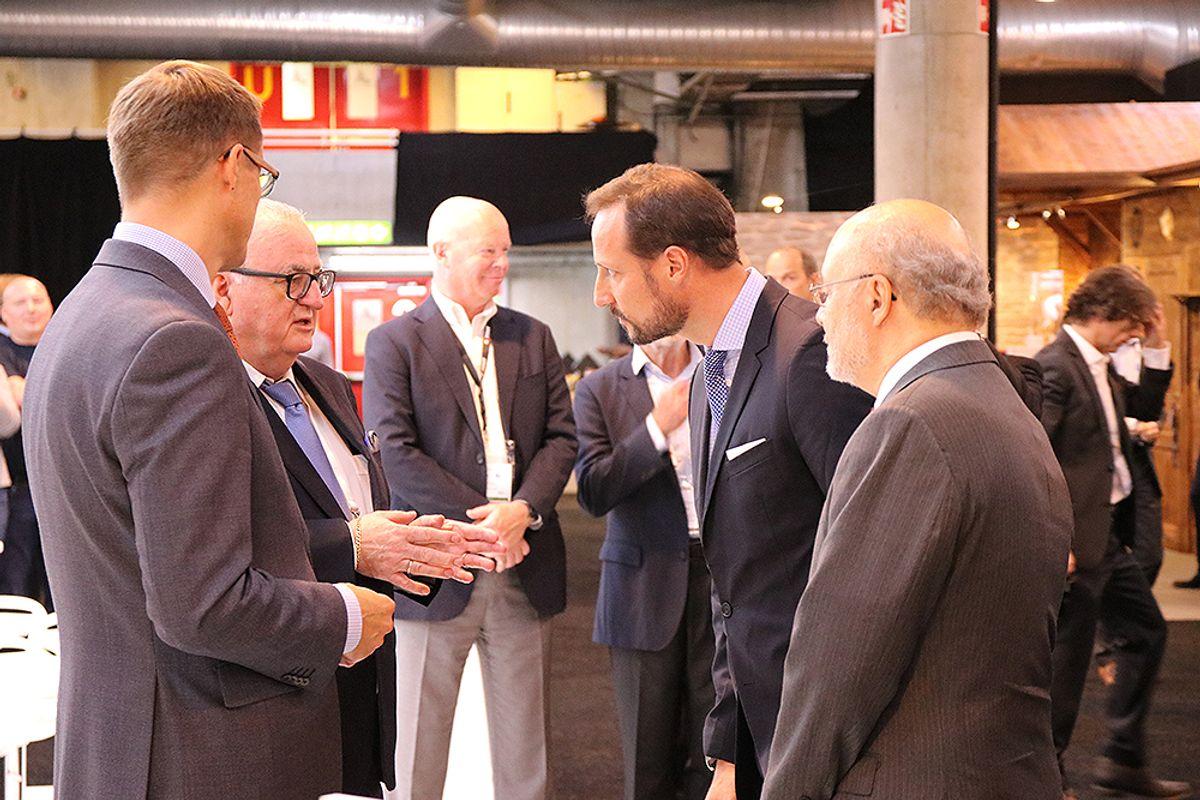 Kronprinsen besøkte også standen til Normet på omvisningen.
