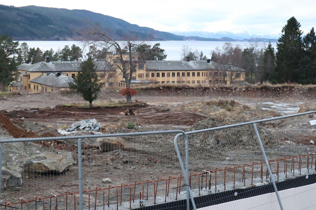 <p>I uke 51 startet det forberedende arbeidet på tomta for nytt fellessykehus for Nordmøre og Romsdal, på Hjelset utenfor Molde. Det er Skanska med sine underleverandører som har avtale på dette, og arbeidet består blant annet av etablering av anleggsveger, parkeringsplasser, infrastruktur, samt klargjøring for kontorrigg og boligrigg. Foto: Svanhild Blakstad</p>