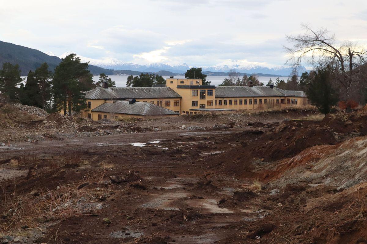 I uke 51 startet det forberedende arbeidet på tomta for nytt fellessykehus for Nordmøre og Romsdal, på Hjelset utenfor Molde. Det er Skanska med sine underleverandører som har avtale på dette, og arbeidet består blant annet av etablering av anleggsveger, parkeringsplasser, infrastruktur, samt klargjøring for kontorrigg og boligrigg. Foto: Svanhild Blakstad