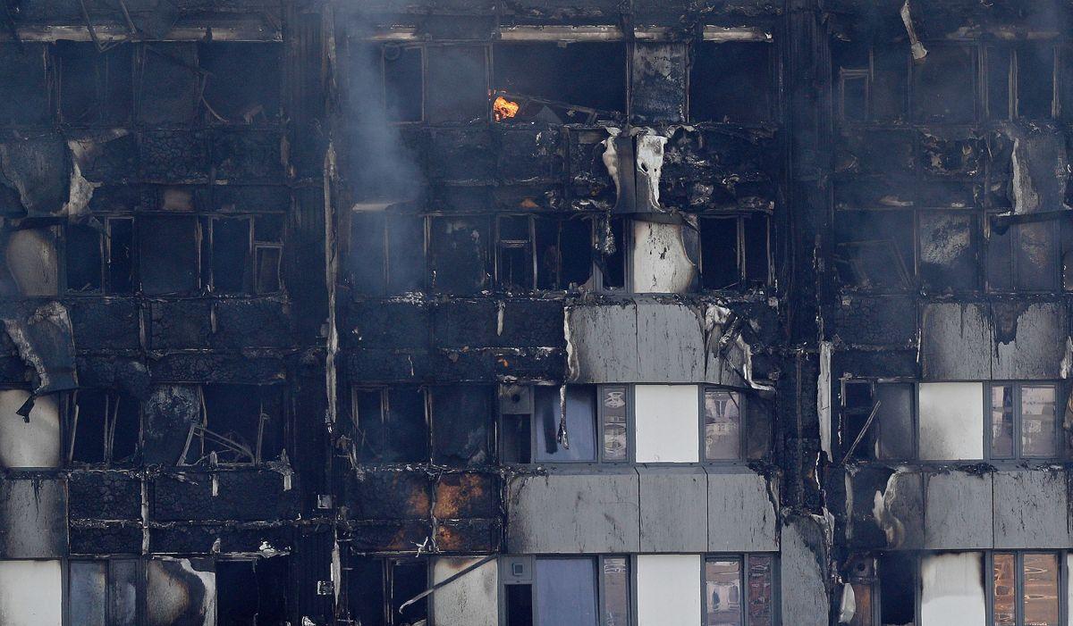 <p>Feil materialer og manglende brannskiller kan ha bidratt til katastrofebrannen i boligblokken Grenfell Tower. Foto: AFP PHOTO / Adrian Dennis</p>