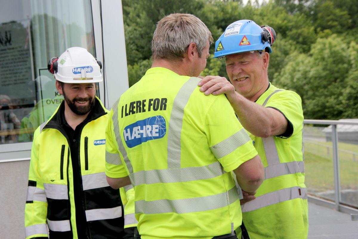 Daglig leder Lars Hæhre (t.v) og driftsleder Kristian Thoresen gir velfortjent honnør til en av deltakerne på skoleprosjektet K65 i Vikersundbakken. Foto: Svanhild Blakstad