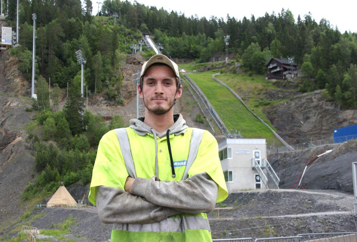 <p>TOK SATS OG VANT: Etter flere år som arbeidssøker har Christoffer Andreassen (21) fullført skoleprosjektet K65 i Vikersundbakken. Nå kan han skilte med en fersk lærlingkontrakt fra BetonmastHæhre, og over sommeren starter han på et anleggsprosjekt i Nord-Norge. Foto: Svanhild Blakstad</p>