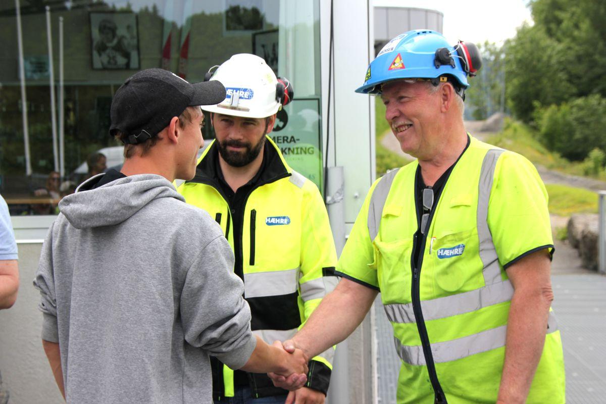 Lars Hæhre og Kristian Thoresen i BetonmastHæhre ønsker Carlos Klemmetvold lykke til etter endt skoleprosjekt i Vikersundbakken. Foto: Svanhild Blakstad