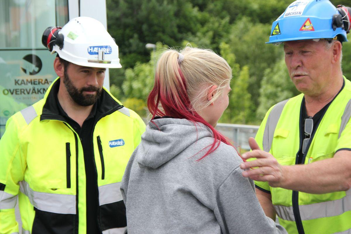 Pia Reidun Muhonen mottar kursbevis av Lars Hæhre og Kristian Thoresen i BetonmastHæhre etter fullført skoleprosjekt K65 i Vikersundbakken. Foto: Svanhild Blakstad