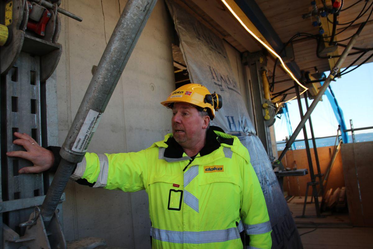 Teknisk sjef Thore Haugen i Doka Norge forklarer hvordan klatresystemet fungerer.