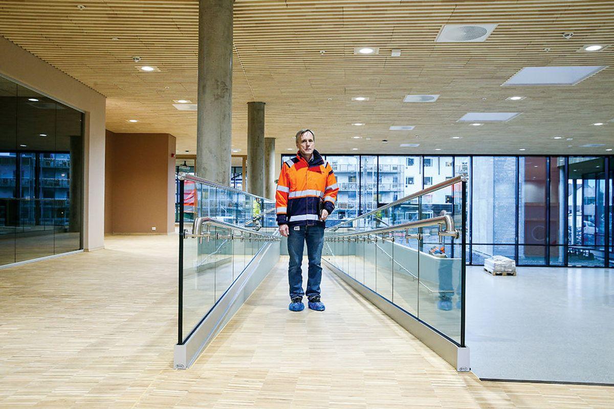 Prosjektleder Vidar Johansen hos Skanska har vært med og hatt ansvaret for fem helse- og omsorgssenter. Her er han i amfiet i det siste, Helsehuset Stella Maris i Vestnes.