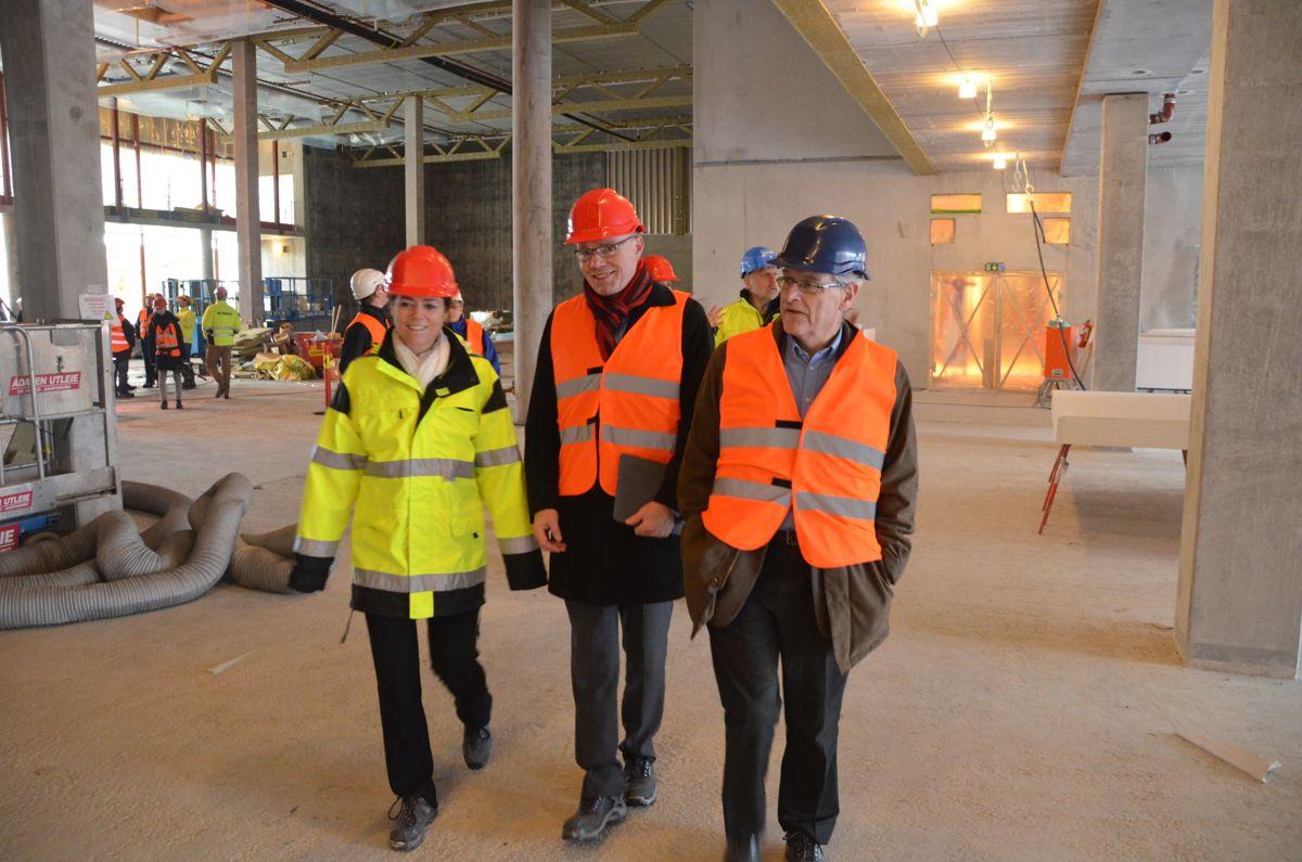 Kristin Skogen Lund og Espen Evensen (NHO) sammen med tidligere EBA- og BNL-sjef og leder for BNLs bolig- og infrastrukturprosjekt, Arne Skjelle.