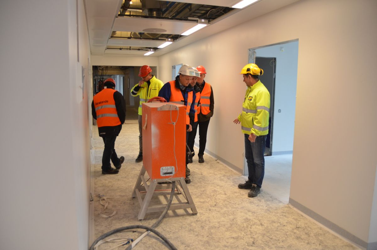 Arbeidene i noen av etasjene er kommet langt. Men gulvbelegget som er lagt er av den midlertidige og rimelige sorten for å skjerme det nye gulvet under.