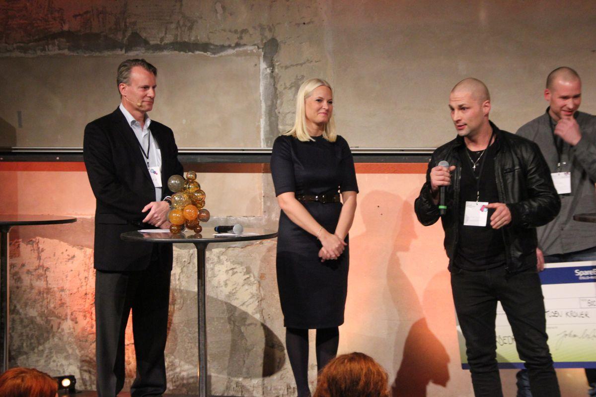 Kronprinsesse Mette-Marit delte ut prisen for Årets sosiale entreprenør til Monsterbedriften. Stig Morten Seierstad takk for prisen (Foto: Svanhild Blakstad)