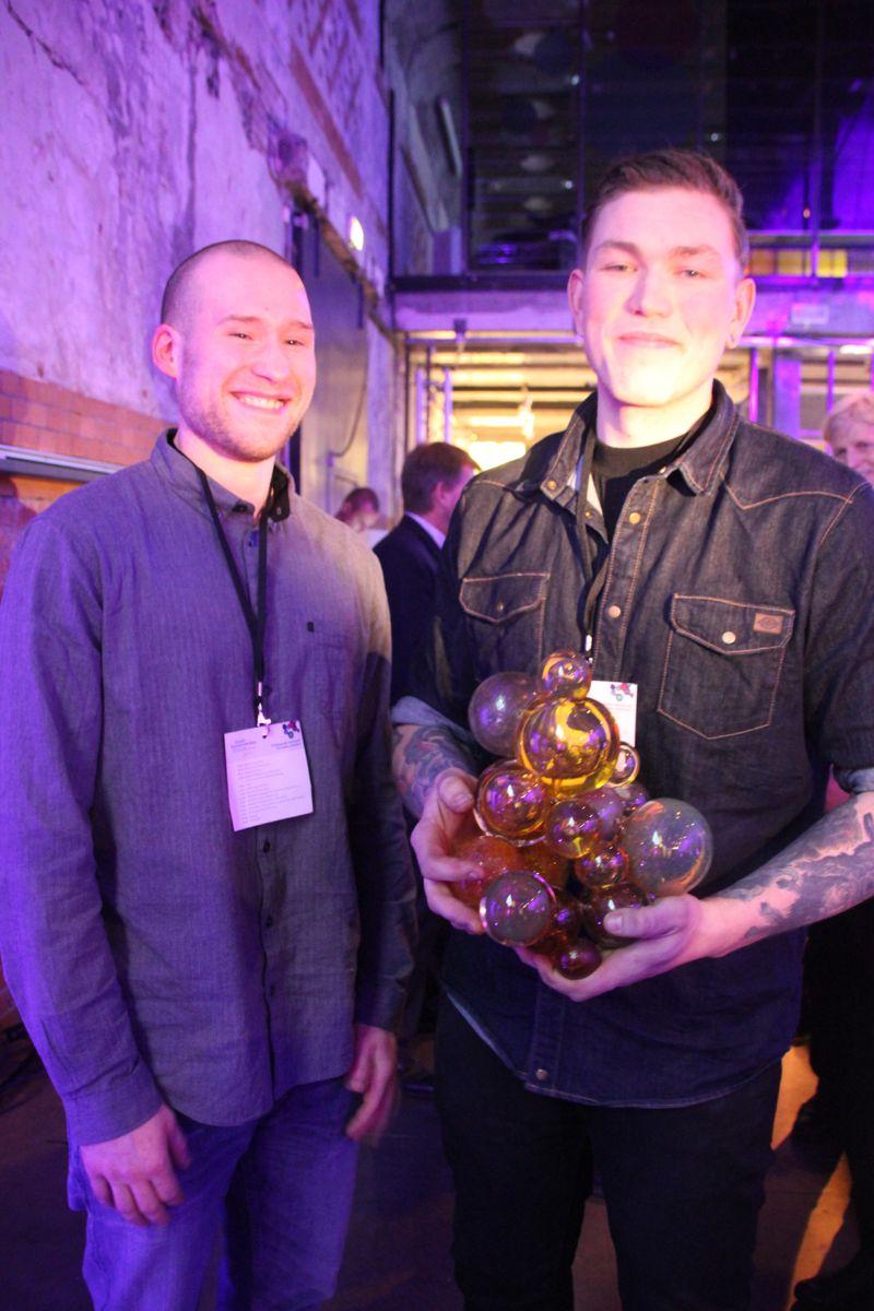Mathias Grøtvedt og Oskar Nikolaisen i Monsterbedriften viser stolt frem den gjeve prisen. (Foto: Svanhild Blakstad)
