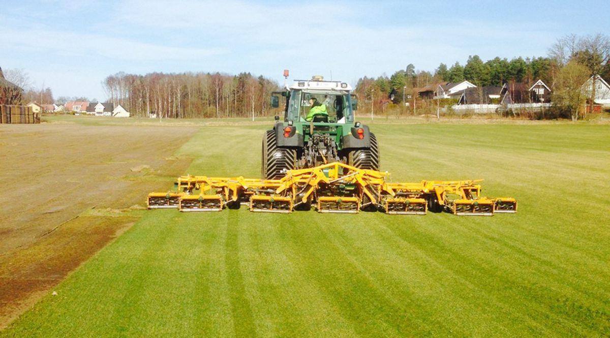 <p>I Østfold høstes det nå ferdigplen etter at sesongen ligger flere uker foran skjema. (Foto: Østfold Gress)<br></p><p></p>