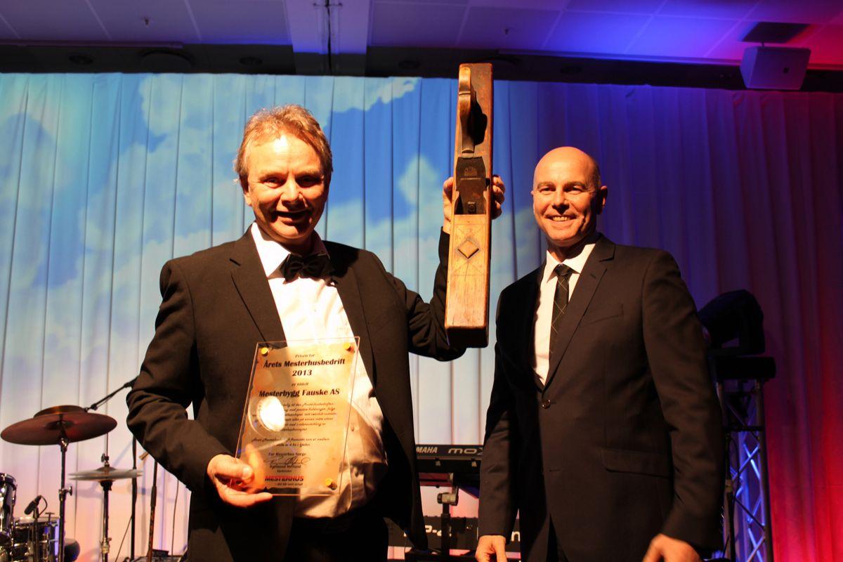 En glad vinner Sten Andersen fra Mesterbygg Fauske med de synlige bevisene på at han ble Årets Mesterhusbedrift i 2013. Til høyre kjedeleder Raymond Myrland som delte ut prisen.