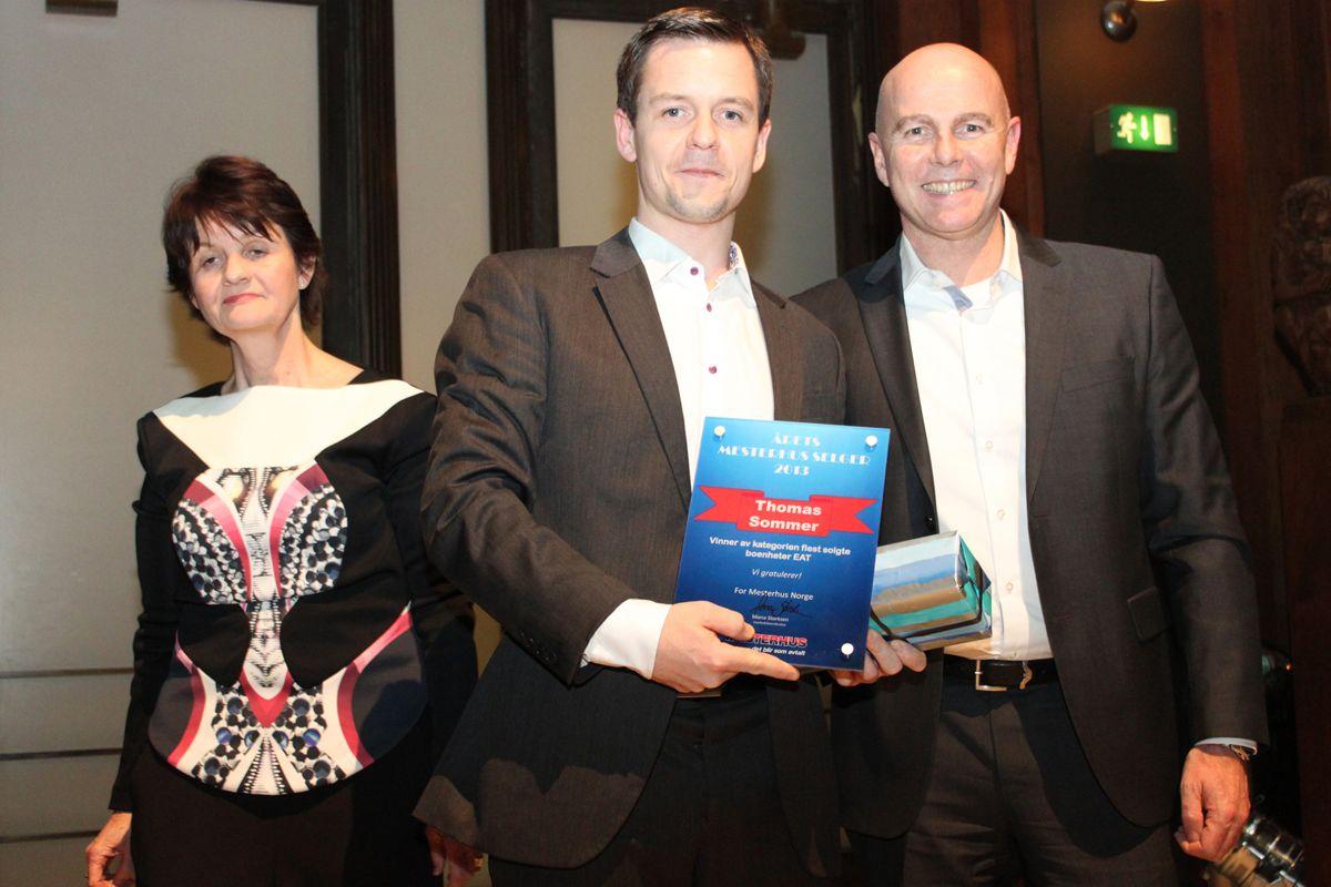 Thomas Sommer fra Mesterhus Oslo ble boligkjedens superselger innen EAT i 2013. Her flankert av Mona Storksen og Raymond Myrland fra kjedekontoret