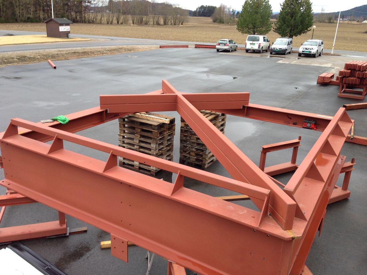 Denne korsarammen skal monteres over klokketårnet (foto: Armec).