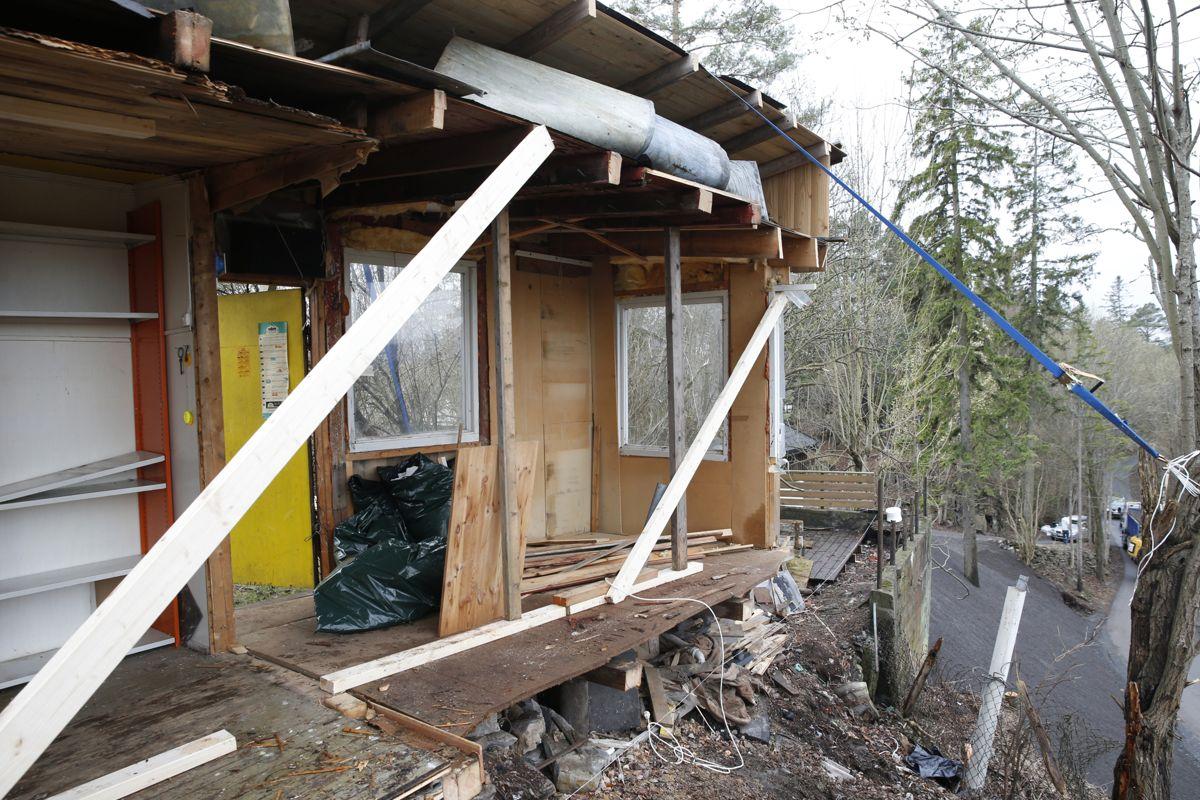 Nabokrangel om en bod på Vendla på Nesøya i Oslo har ført til at den ene partenn har delt den i to da han mener halvparten av den gamle boden står på hans eiendom. Foto: Terje Bendiksby / NTB scanpix