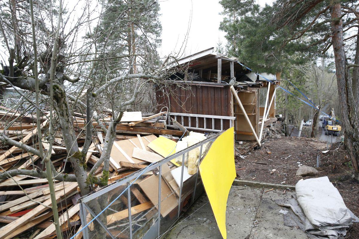Nabokrangel om en bod på Vendla på Nesøya i Oslo har ført til at den ene parten har delt den i to. Han mener halvparten av den gamle boden står på hans eiendom. Foto: Terje Bendiksby / NTB scanpix