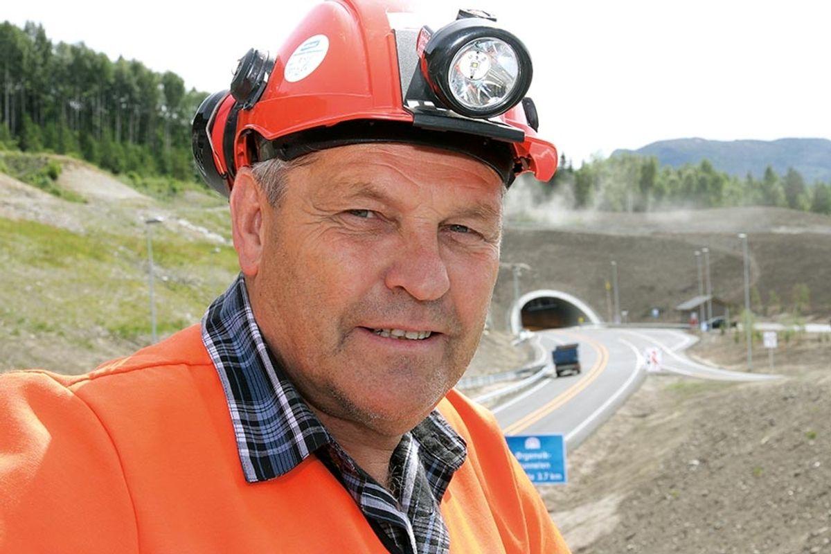 Byggeleder Helge Thorsby i Statens vegvesen er stolt av den nye veien mellom Sokna og Ørgenvika.