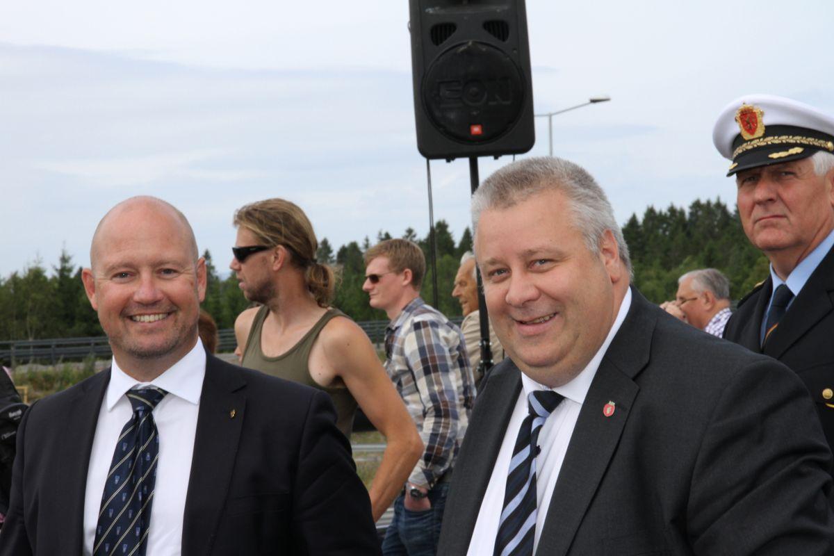 Justisminister Anders Anundsen (til venstre) og statssekretær Bård Hoksrud i Samferdselsdepartementet gleder seg over nye E18.